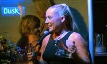 La réalisatrice Petra Joy recevant son prix.